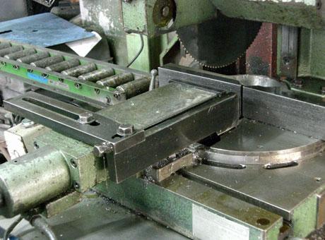 大阪府 金属加工 プレス加工 プレス試作 機械加工 鋸盤